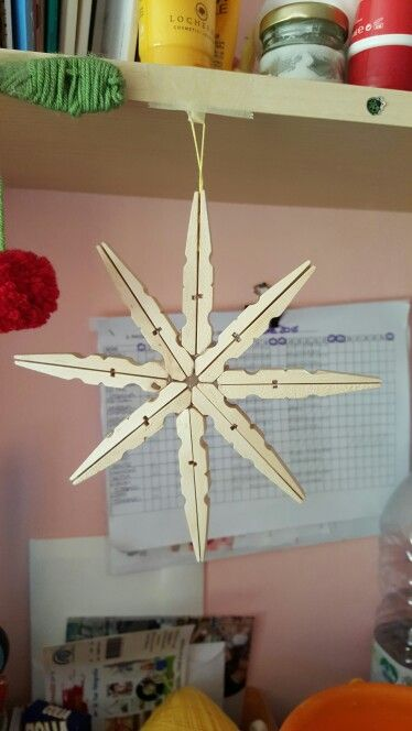 Fiocco di neve o stella con mollette di legno