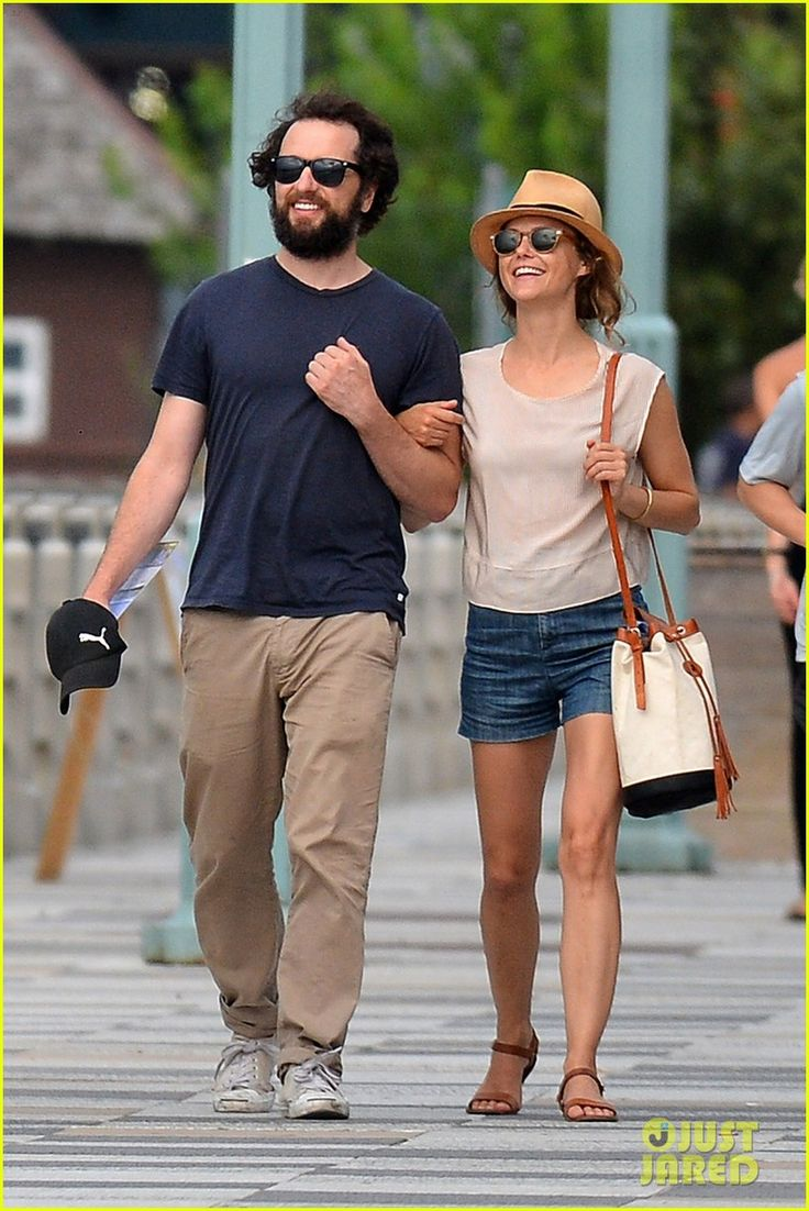 keri russell matthew rhys look so happy 03 The Americans co-stars and real life couple Keri Russell and Matthew Rhys looked so happy together while walking around Hudson River Park on Sunday (July 26) in…