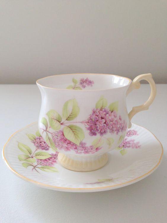 Šálek na čaj * bílý porcelán s ručně malovaným růžovým šeříkem.