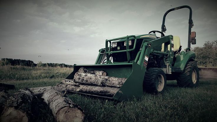 Gathering some firewood with the John Deere 1023E