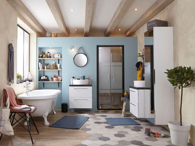 Salle de bains familiale : je mise sur deux sols distincts.