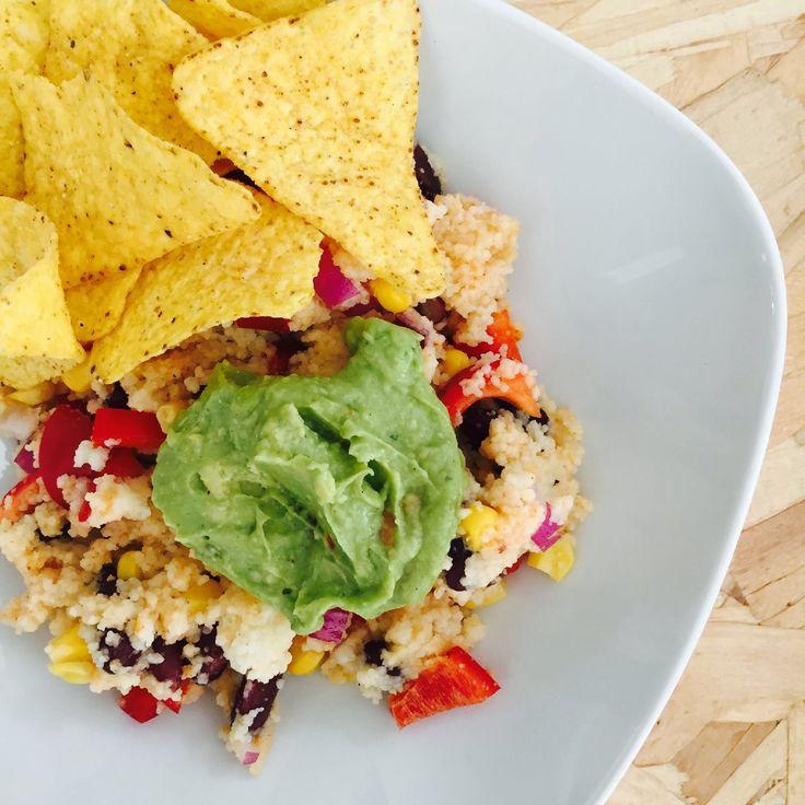Deze mexicaanse couscous salade is de perfecte easy monday! Lekker snel en super gezond! Mexicaanse couscous salade (2 personen) Wat heb je nodig: – 150 gr volkoren couscous – 1 rode paprika, in blokjes gesneden – klein blikje mais, uitgelekt – klein blikje kidneybonen, uitgelekt – 1/2 rode ui, fijngesnipperd – 1 el olijfolie – 1 tl paprika poeder – (zelfgemaakte) guacemole – handje vol nacho chips – peper zout Hoe maak je het: Bereid de couscous volgens de aanwijzingen op de verpakking....