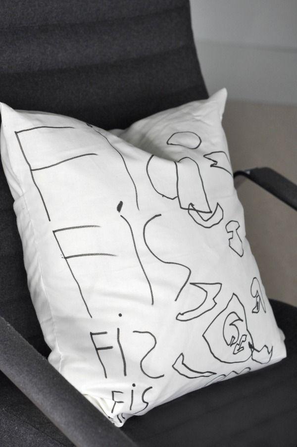 Mrs Hardy - tips  Kjøpe tusjer på Panduro, stoff på Ikea, la ungene dekorere og sy en pute;)