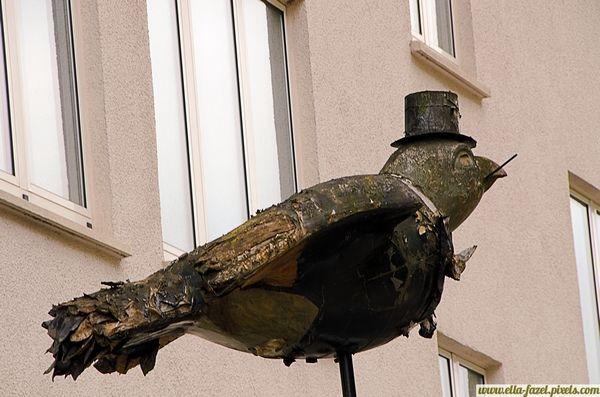 Ulmer Spatz, czyli wróbel w garści niż gołąb na dachu Pod koniec 14 wieku do budowy słynnej katedry w Ulm (Ulm Minster) potrzeba było wielu belek. Niestety, te zwożone do miasta często nie mieściły się w wąskich miejskich bramach. I tak burmistrz po dyskusji z samym sobą i miejskimi rajcami zdecydował, że najprostszym wyjściem będzie.. zburzenie bramy.
