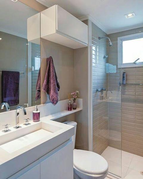 Bom dia! Que tal esse pequeno banheiro clean e super charmoso? O revestimento…