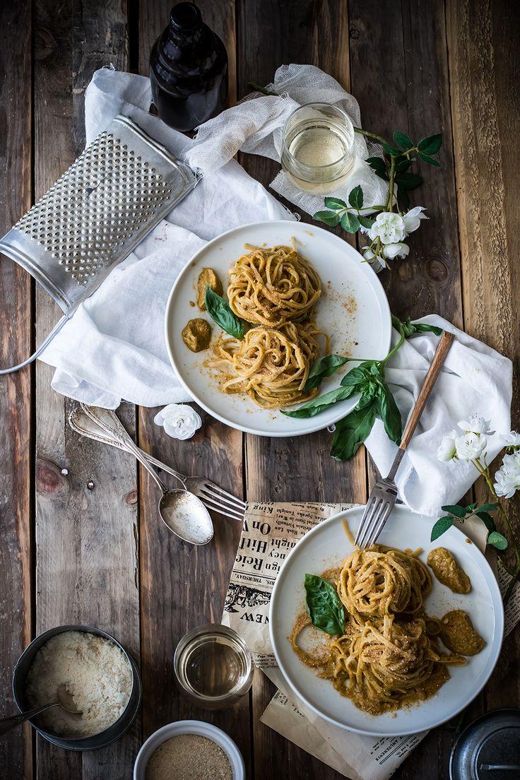 Tagliatelle integrali al pesto di peperoni, mandorle e molliche
