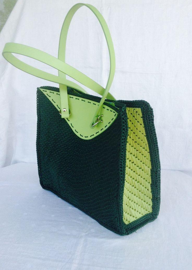 Borsa a spalla in due toni di verde, lavorata su rete con accessori in vera pelle