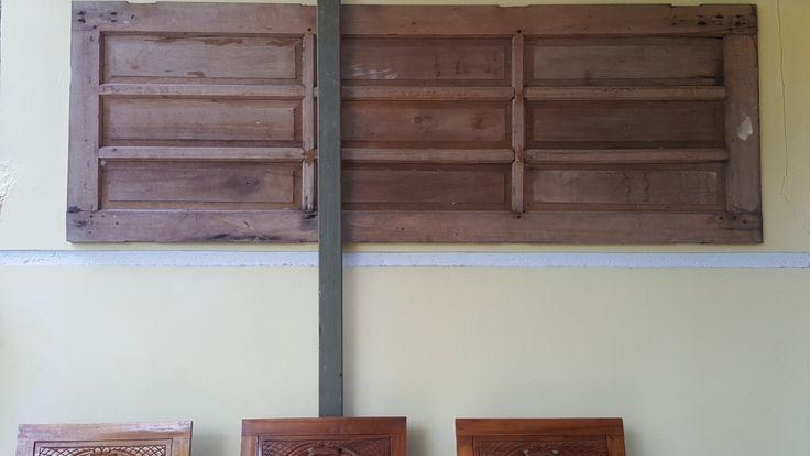 Daun pintu bekas jadi penghias dinding beranda depan