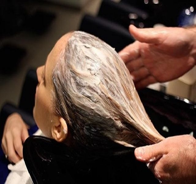 Igaz, hogy házipakolás, de olyan népszerű, hogy már a fodrászok is elkezdték alkalmazni szalonokban. Ezért: