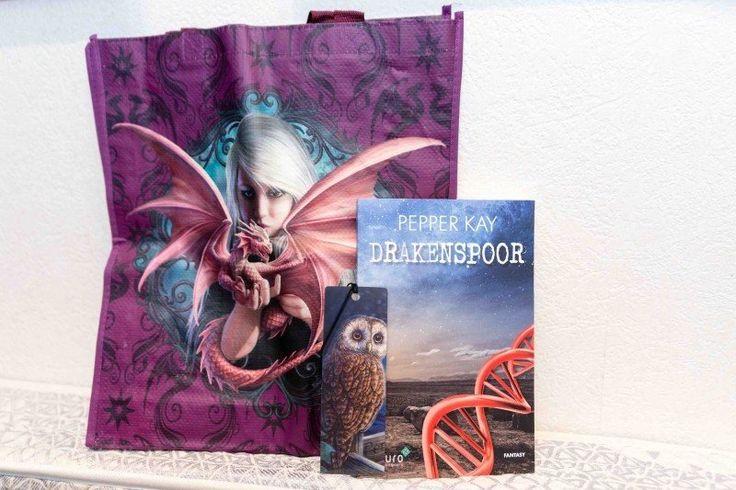 Connie's boekenblog bestaat deze maand 4 jaar; maak in deze feestmaand kans op een Fantasy pakketje. Met het nieuwe boek 'Drakenspoor' van Pepper Kay, aangevuld met een tas en een boekenlegger in Fantasy sfeer. Ga snel naar Conniesboekenblog en doe mee met de winactie! #drakenspoor #pepperkay #conniesboekenblog #fantasy #futurouitgevers