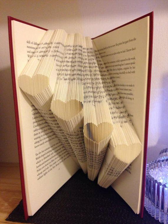 Dieses Muster kann den Ordner zum Erstellen des Musters in einem Buch abgebildet.   Es ist nicht so kompliziert wie es aussieht! Das Ergebnis ist sehr lohnend und bildet ein großes Geschenk für Freunde und Familie, können Sie sogar Ihr abgeschlossene Buch verkaufen!  Für dieses Muster benötigen Sie ein Hardcover Buch mit 21cm hoch (andere Größen können verwendet werden) und 152 Falten (304 Seiten)  Wenn Sie irgendwelche Fragen, bitte haben kontaktieren Sie mich und ich werde mein…