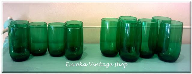 2 εξάδες ποτήρια από την δεκαετία 1960's. Είναι σε αχρησιμοποίητη κατάσταση, με ωραίο χρώμα πεύκου. Αν και έχουν διαφορετικό ύψος είναι στην ουσία μεγέθους για νερό.