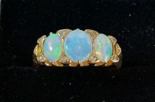 Un-anello-oro-18ct-Vittoriano-Set-con-tre-Ovale-Cabochon-OPALI-Birmingham-1899