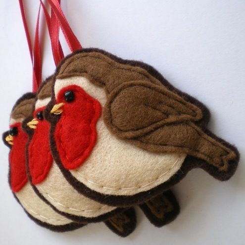 I just love Robins!!! I usually do cardinals for the holiday season but this little fellow is charming!