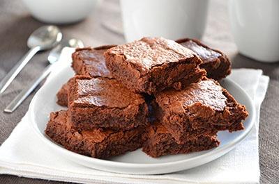 Brownies al cioccolato fondente. La ricetta dei brownies al cioccolato fondente è semplice e veloce. I brownies sono degli irresistibili dolcetti al cioccolato morbidi e gustosissimi. Perfetti sia per la colazione che come merenda, i brownies piaceranno tantissimo ai vostri bambini...e anche a voi!