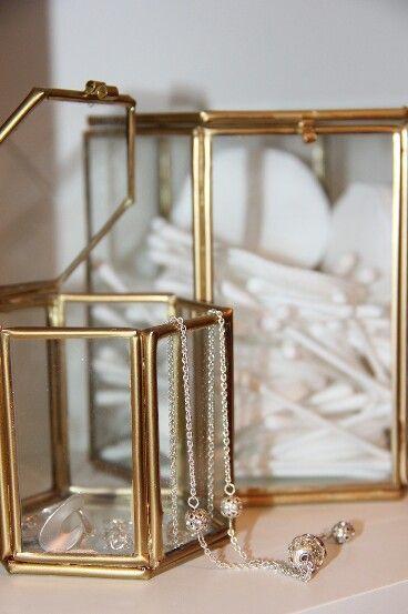 Glasboxar i mässing när man vill förvara med klass. Finns i butik!