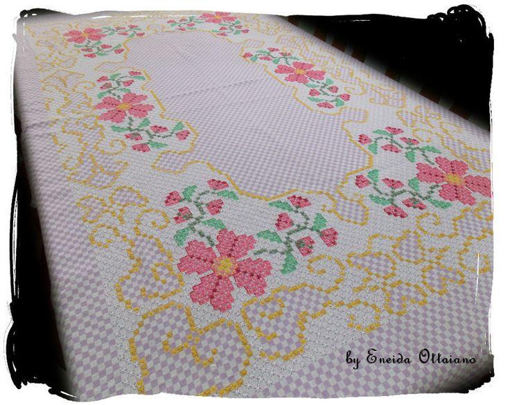 Toalha de mesa bordada pela Eneida.