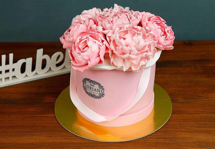 """Торт """"Весенняя нежность""""  Цветы и торт одновременно - это идеальный подарок на день рождения, годовщину или в качестве благодарности. Несомненно это превосходный сюрприз чтобы поднять настроение Вашим близким и родным!  С удовольствием изготовим тортик на фото весом от 2-х кг и всего за 2850₽/кг.  Специалисты @abello.ru всегда рады помочь с выбором потрясающего и натурального десерта по единому номеру: +7(495)565-3838 Телефон/WhatsApp/Viber. Так же в помощь наш сайт www.abello.ru с нашими р"""
