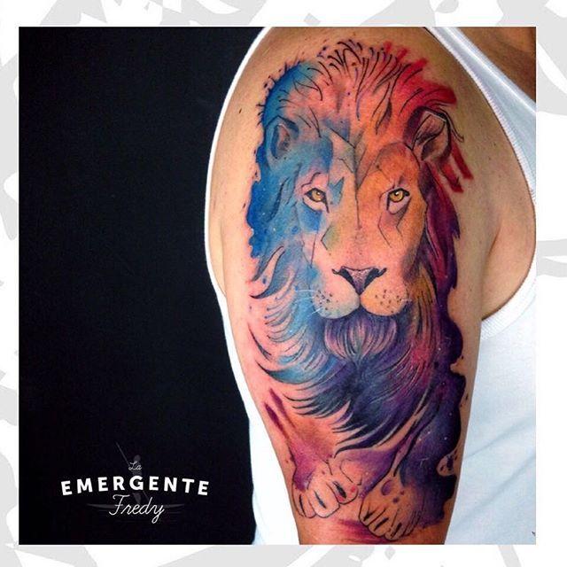 Terminamos el día con este tatuaje de @fredygalindotattoo un trabajo increíble en colores. Feliz noche para todos marineros #watercolortattoo #tatuajescolombia #tatuajesbogota #colortattoo #laemergentecol #liontattoo