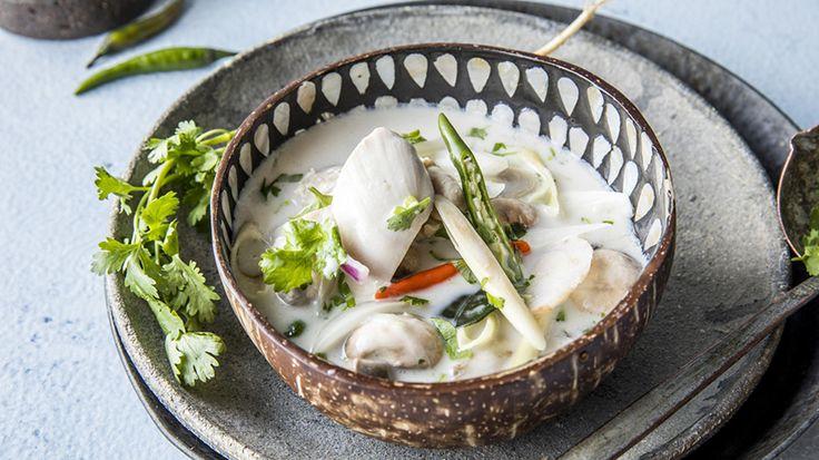 En varmende og nydelig kyllingsuppe med kokosmelk. Denne smaker nydelig av sitrongress, koriander og galangal (eller ingefær).