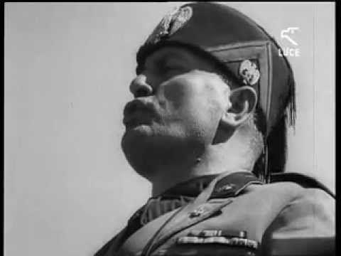 Mussolini è a Bolzano alla fine dell'estate 1935. Gli impiegati sono autorizzati dal direttore: possiamo tenere chiuso cinque minuti. I minuti diventano dieci, venti, la banca è vuota, i correntisti sono in strada, c'è gioia e sospensione di ogni responsabilità, l'illusione della ricreazione dei soldi, e dai soldi. I cassieri rimangono immobili sulla soglia, ai lati del direttore e del vicedirettore, il direttore gonfia il petto orgoglioso di quella giornata.