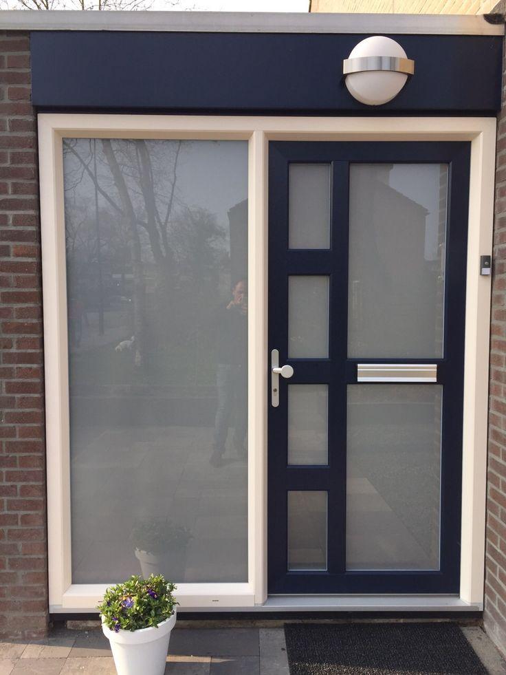 Een blauwe kunststof voordeur met een kunststof kozijn met mat glas geplaatst door Benitech Kozijnen