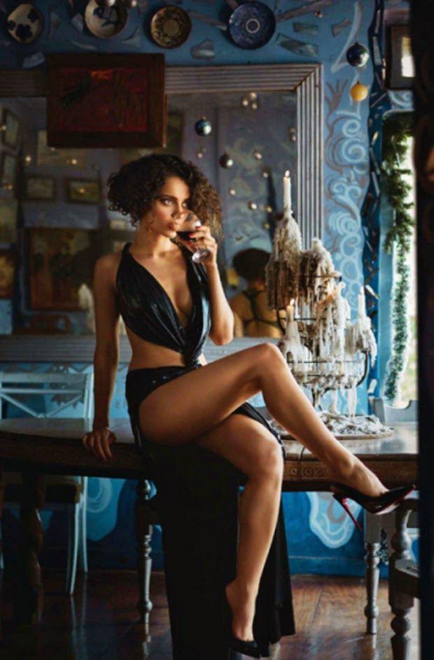Hot thighs with cleavage show - KANGANA RANAUT -