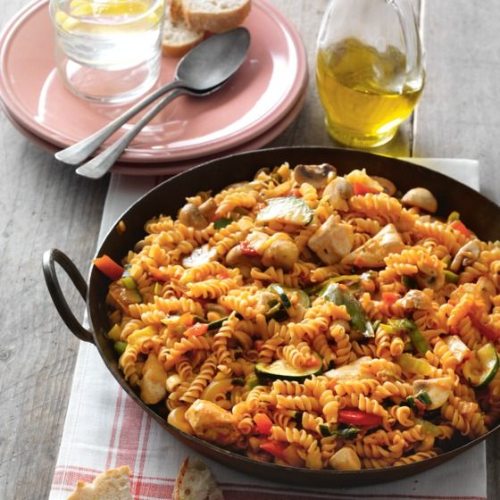 Het recept van de dag is: Wokpasta met kip, champignons en pestosaus!