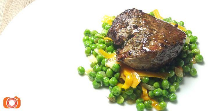 Hovězí steak na přepuštěném másle s mrkvovými lupínky