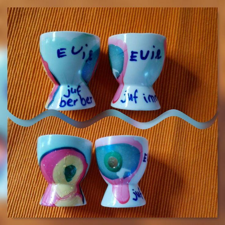 DIY bedankje juffen Evie 2017. Eierkopjes vd kringloop in badje van nagellak creactie en met porselein stift de namen erop geschreven.