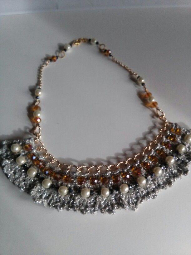 Collana all'uncinetto con perle e catena dorata