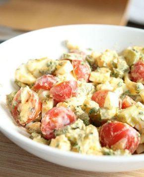Dit recept, de tomaat ei salade, komt oorspronkelijk van mijn moeder. Als kind at ik deze salade vaak in de zomer op de boterham. Ik hielp vaak met het pellen van de eieren en het knippen van de bieslook uit onze tuin. De salade is eenvoudig maar echt lek