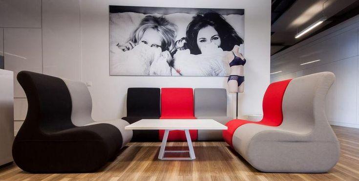 #stolik kawowy i #kanapy w pewnej nowoczesnej firmie (http://www.arteam.pl/aktualnosci/stoliki-biurowe/)