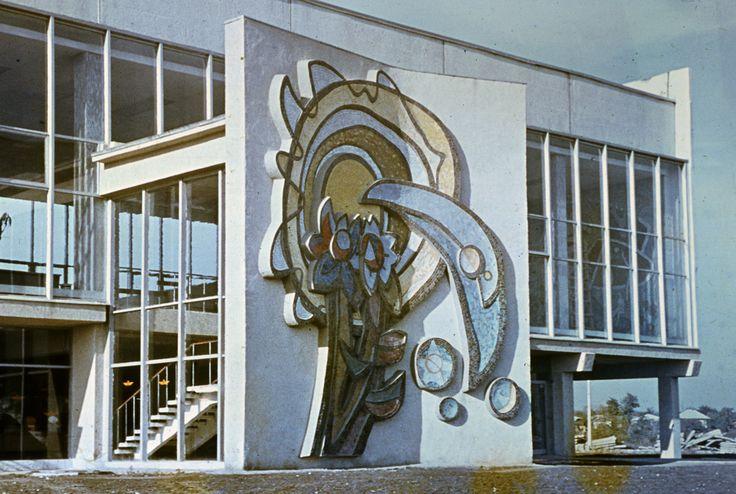 Приветствие. (Цветок) Мозаика по рельефу. Фасад автовокзала г. Бельцы 1971. (арх. И.Загорецкий)