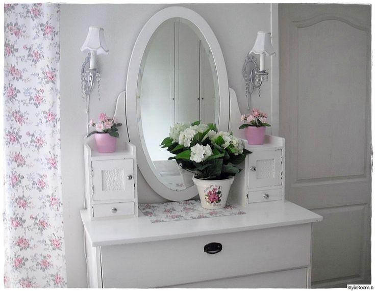Valkoisella maalattu vanha peilipiironki mökin tuvassa. #styleroom #kampauspöytä #maalaisromantiikka #mökki Täällä mökkeilee: villa-kesatuuli