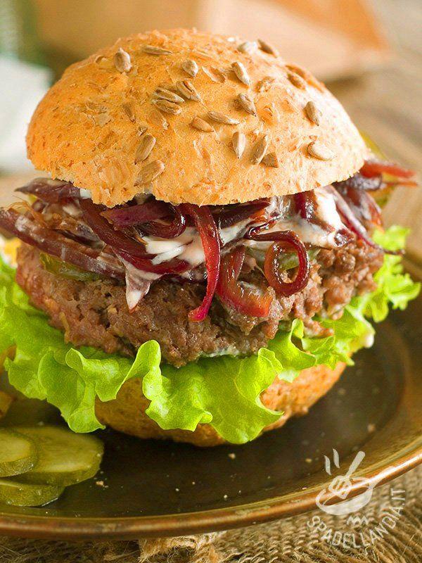 L'Hamburger con salsa di yogurt e cipolle è una idea golosissima sia da portare in ufficio come lunch box che da gustare davanti a un film o una partita!