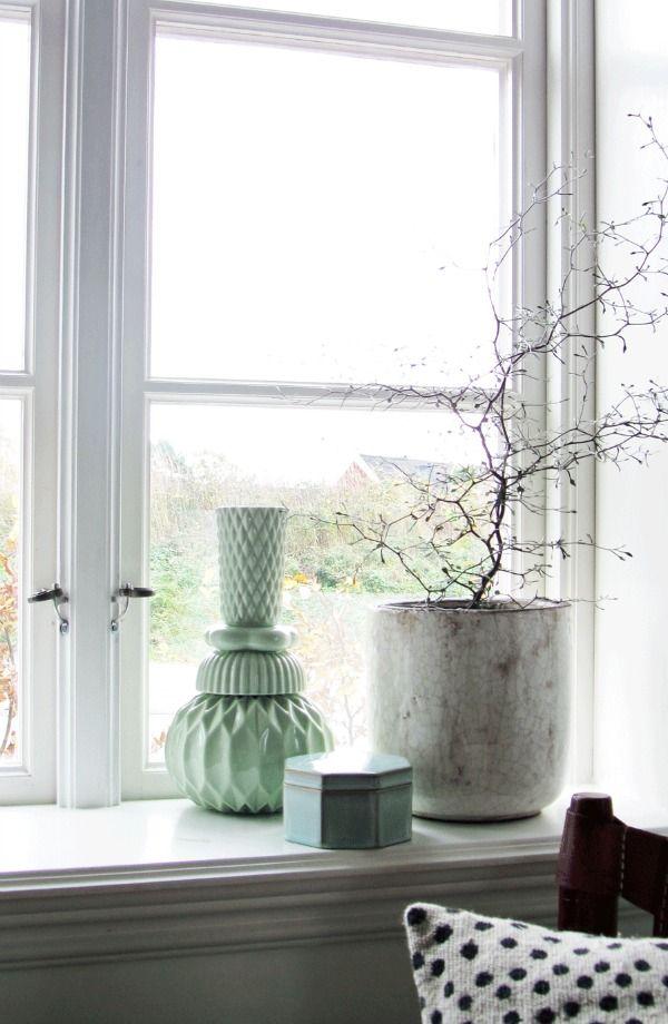 De vensterbank vind ik een fijne plek in huis, het is echt zo'n plekje om telkens anders in te richten. Decoratie ideeën voor de vensterbank.