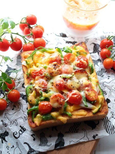 夏野菜&家庭菜園といえば、代表格はミニトマトでしょうか?  食べきれないほどの実をつけてくれるミニトマト。加熱することで甘みが増し、チーズとの相性も抜群なのでピザトーストがお勧めです!  ミニトマトと2種類のチーズの甘さを楽しみつつ、時折ブラックペパーがきりっと効いたちょっと大人なピザトースト。  食事としてはもちろんですが、ワインのお供にもお勧め。  夏休みにお子さんと一緒に作ってはいかがですか?