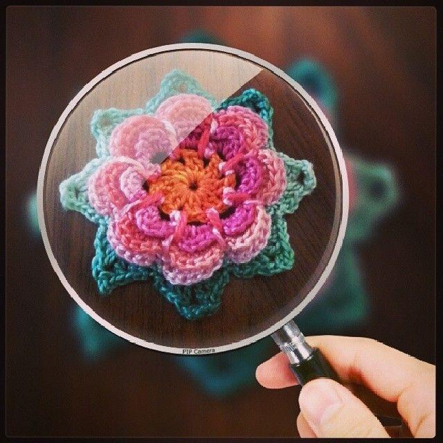 Liten virkad blomma. Pärlgarn nr 8. Crochet.