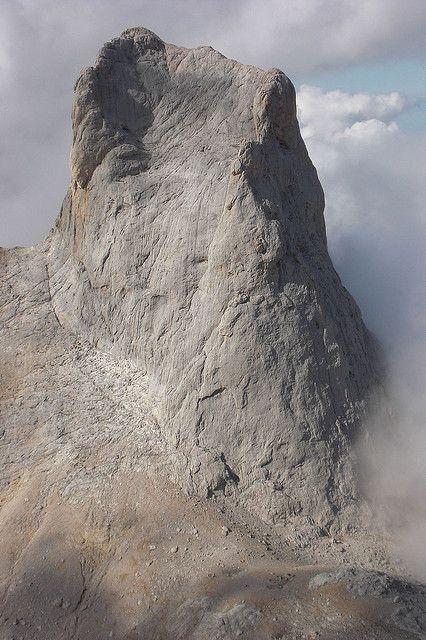 Cara sur del Naranjo de Bulnes o Picu Urriellu, Picos de Europa. No dejes de visitarlos si vienes a  Cantabria | Spain | www.turismodecantabria.com