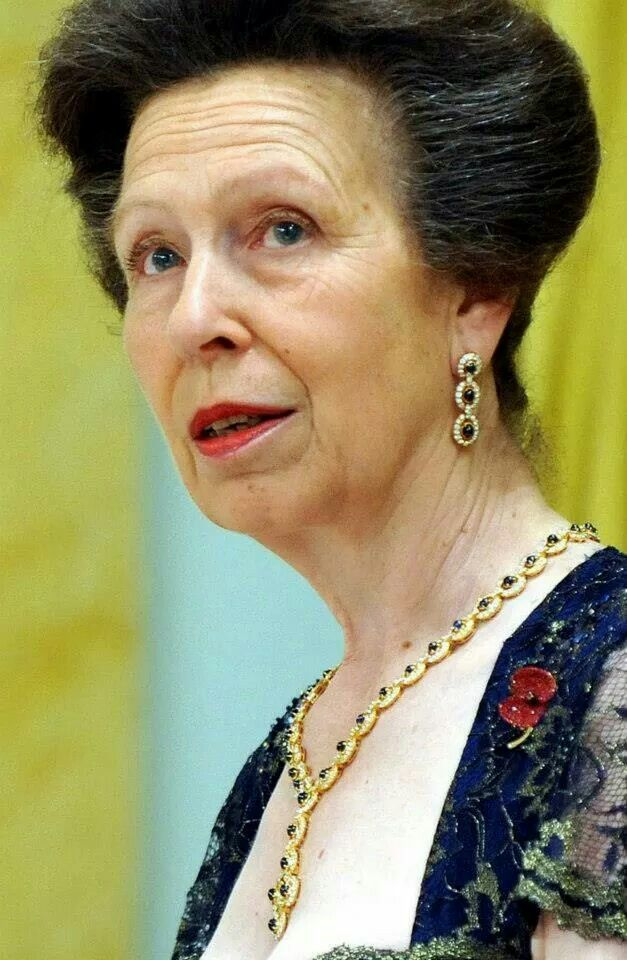 Princess Anne's cabachon-cut sapphire demiparure. (my note: wait cabachon sapphires - was this bought to match her engagement ring? I am actually going to die timothy laurence MUST BE STOPPED)