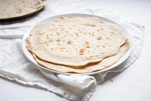 Zelfgemaakte wraps van speltmeel zijn gezonder, lekkerder en veel makkelijk om te maken dan je denkt. Voedzamer dan wit tarwemeel en beter verteerbaar.