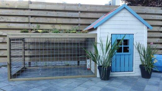 DIY konijnenhok, ren gemaakt van trellis, nachthok gemaakt in het speelhuisje, dak voorzien van zeil, hydrokorrels, aarde en sendum plantjes