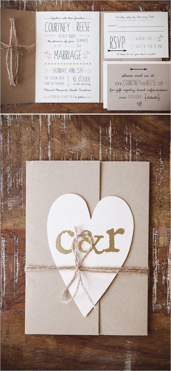 Invitación neutra con corazón y monograma