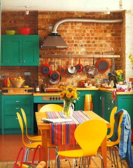 Уютная кухня с кирпичной стеной.