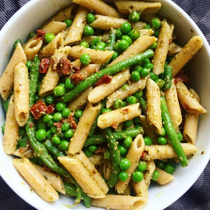 Den bedste pastasalat med grøn pesto og soltørrede tomater | Mummum