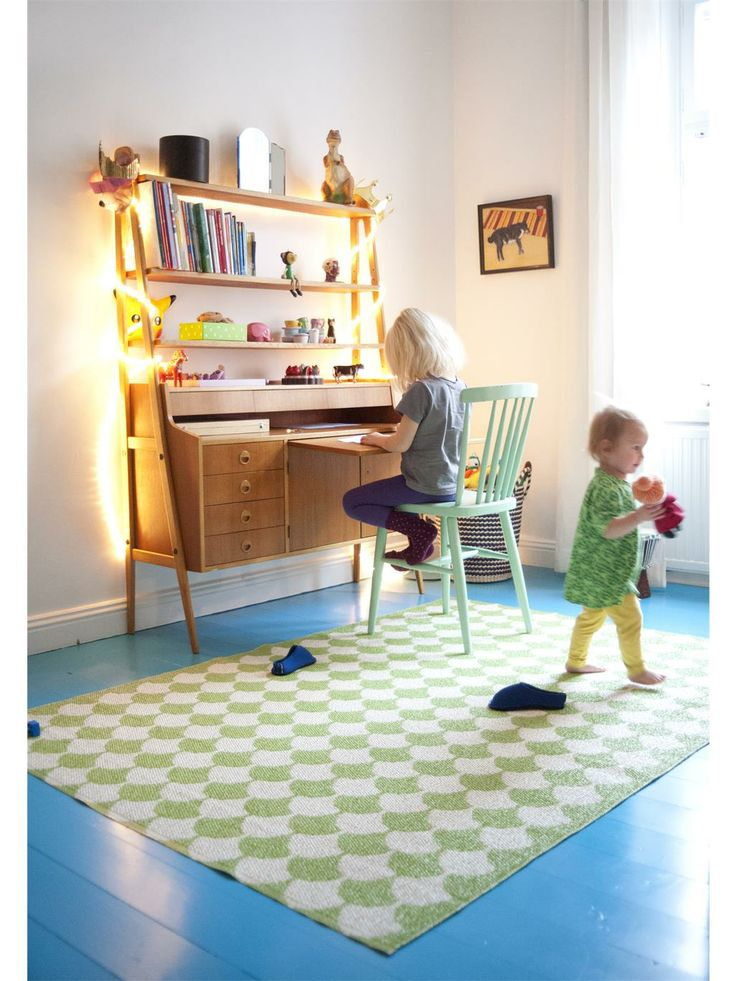 schicht und simple halten mit Decke und Teppich in intensivem Rot