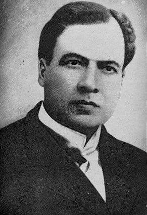 Rubén Darío, nació en Nicaragua en 1867 y murió en 1916. Vino desde América a España. Difundió el modernismo por Europa y América. Es conocido por sus grandes obras en prosa y verso.