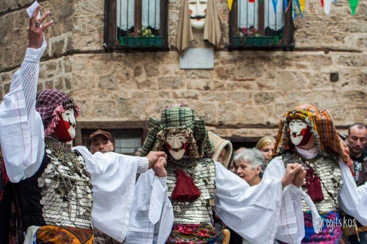 Αποκριά γιορτάζουν σε όλη την Ελλάδα, μόνο στη Νάουσα όμως χορεύουν οι Γιανίτσαροι την πατινάδα.