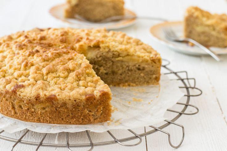Appeltaart, appelcrumble, cake... Drie heerlijke zoete recepten waar ik altijd gek op ben geweest. Waarom probeer ik die drie recepten niet eens te combineren? And so I did. Het resultaat is fantastisch! Deze appelkruimelcake heeft het allemaal: een crunch, een fris zuurtje en die vertrouwde zoete appeltaartsmaak! De taart is opgebouwd uit een zachte…